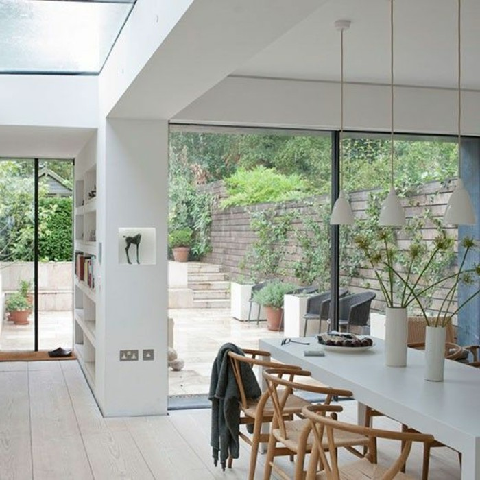 lampes-de-cuisine-lustre-blanc-sol-en-parquet-beige-table-et-chaises-de-cuisine-sol-en-bois-clair