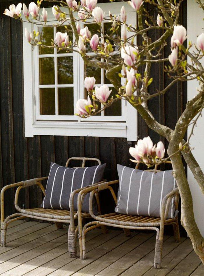 le-fauteuil-rotin-enfant-bien-aménager-le-salon-luxueux-chaise-en-rotin-veranda-avec-magnolia