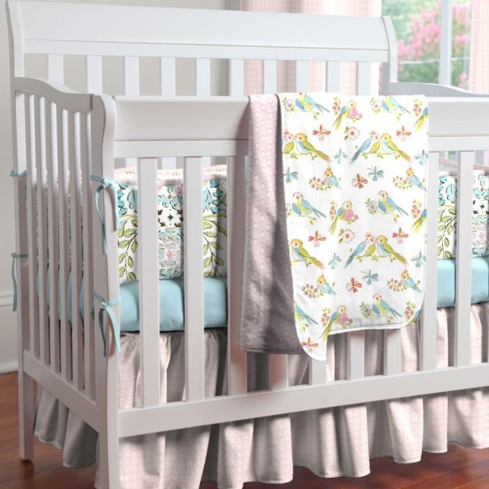 le-plus-beaux-lit-bebe-sol-en-parquet-foncé-lit-en-bois-blanc-sol-en-parquet