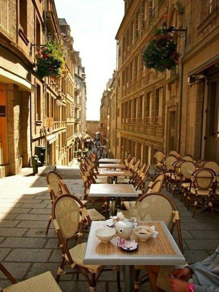 les-petits-rues-parisiens-avec-tables-de-cafe-jolies-resto-pas-cher-paris