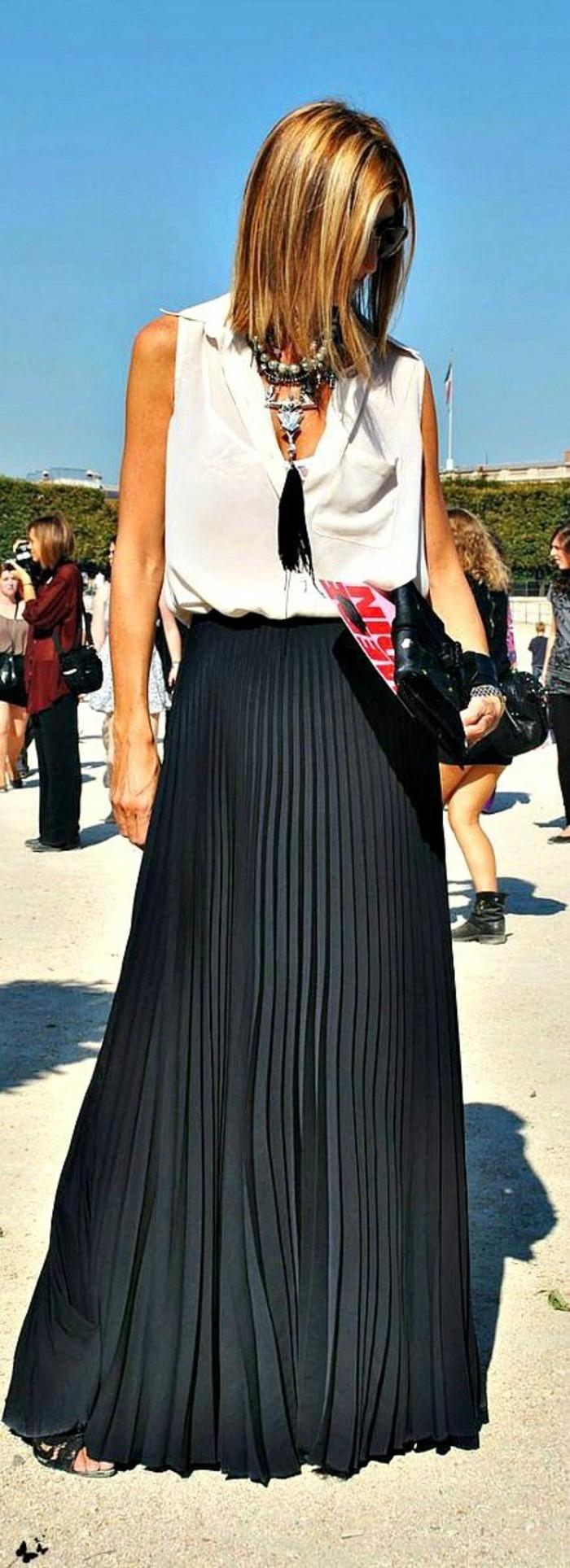 longue-jupe-noire-plissée-jupe-plissée-noire-femme-moderne-top-blanc