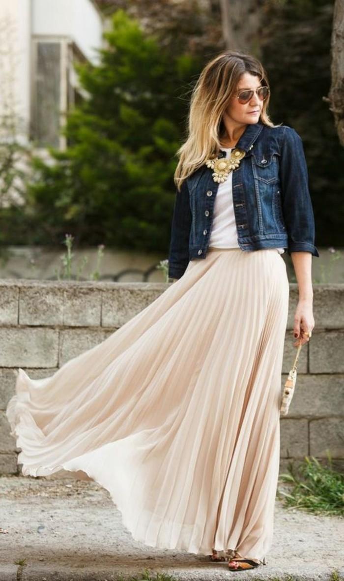 longue-jupe-plissée-beige-talons-hauts-sandales-femme-cheveux-blonds