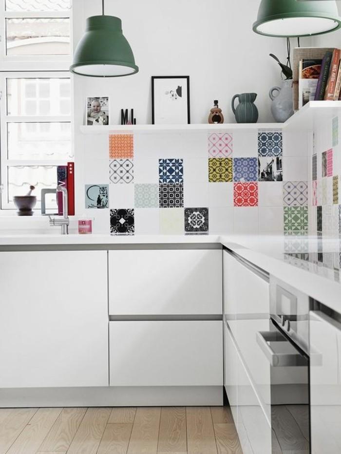 luminaire-de-cuisine-lampe-de-cuisine-sol-en-bois-clair-meubles-de-cuisine-blancs