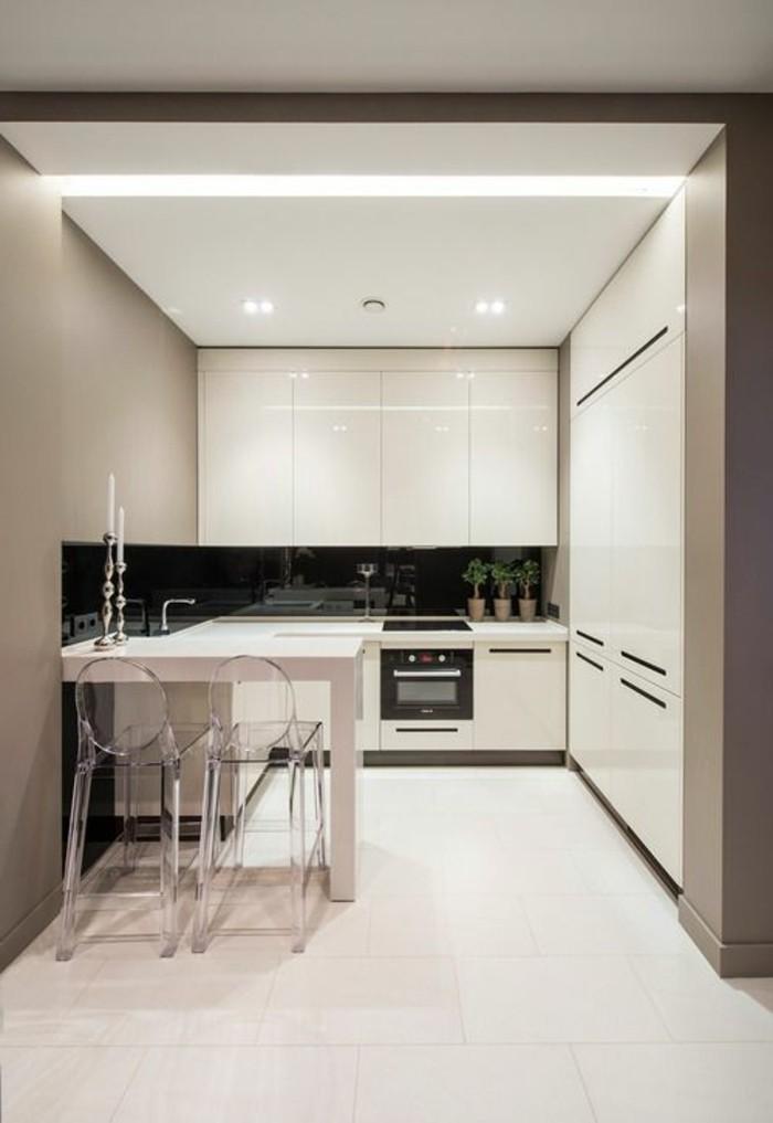 luminaire-salle-à-manger-carrelage-beige-meubles-beiges-chaises-transparentes