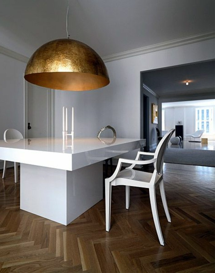 lustre-doré-sol-en-parquet-clair-table-blanche-chaise-en-bois-blanc-parquet-cuisine