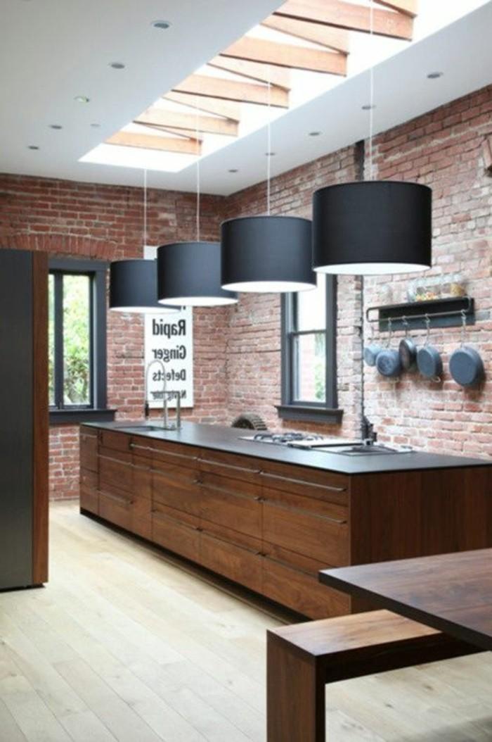 lustres-de-cuisine-noires-meubles-de-cuisine-bar-en-bois-foncé-parquet-clair