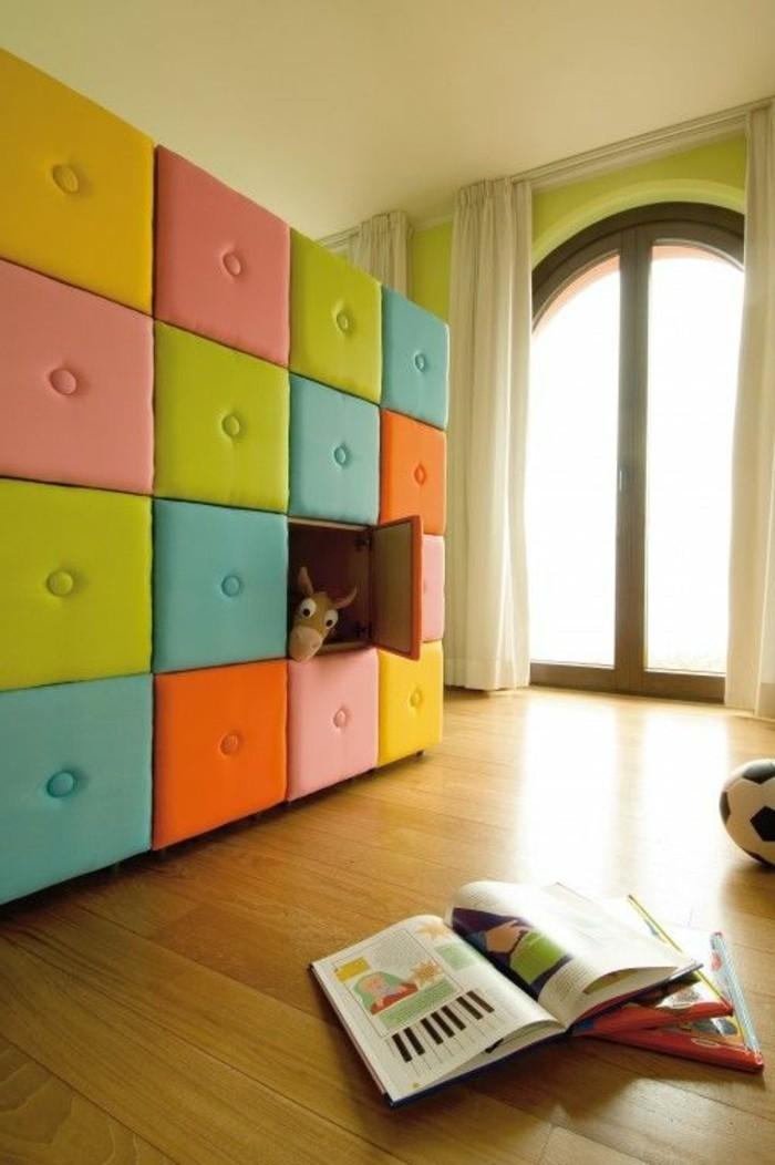 magnifique-chambre-enfant-sol-en-parquet-clair-rideuax-longs-beiges-pour-les-fenetres