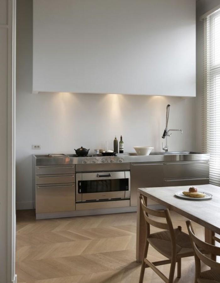 meubles-de-cuisine-sol-en-parquet-clair-table-et-chaises-en-bois-clair