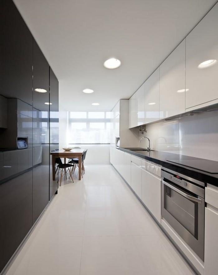 meubles-design-carrelage-beige-table-en-bois-et-chaises-de-cuisine-plafond-blanc
