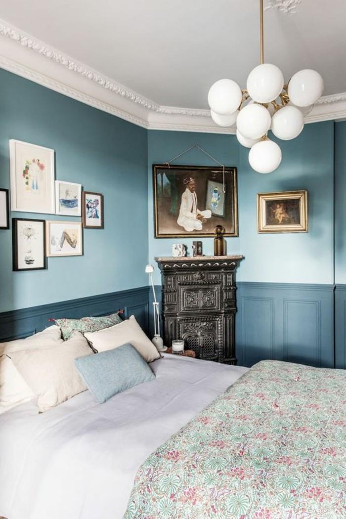 mur-bleu-clair-et-bleu-foncé-plafond-blanc-couverture-printemps-coussins-colorés