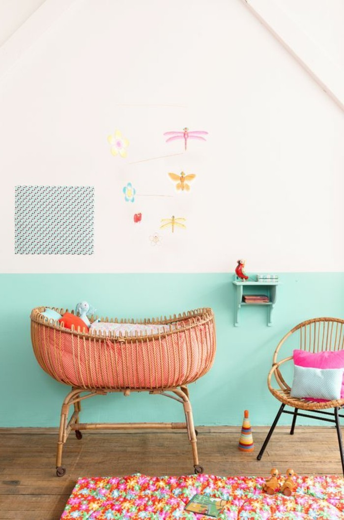 mur-double-couleur-blanc-bleu-clair-lit-bebe-tapis-coloré-chambre-enfant