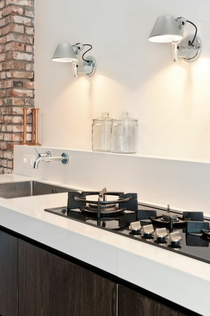 murs-blancs-meubles-blancs-noirs-murs-blancs-aménager-une-cuisine-lampe-murale