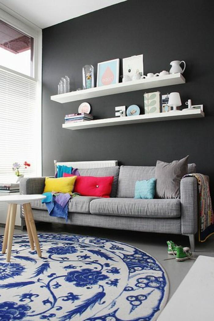 murs-gris-foncé-tapis-rond-en-beige-et-bleu-idée-peinture-salon-gris-foncé-tapis-rond-beige-bleu