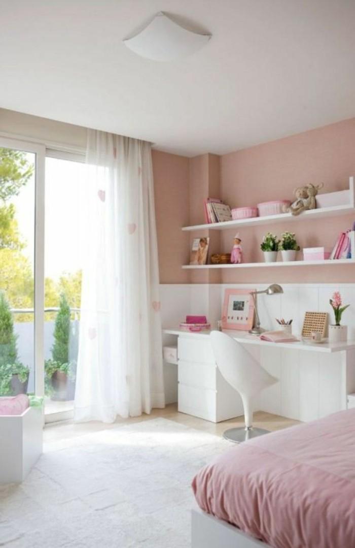 murs-rose-pale-rose-blanc-tapis-blanc-lit-d-enfant-plafond-blanc-chambre-bebe-fille