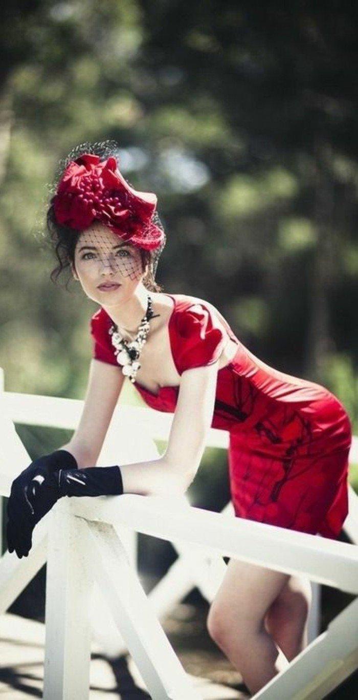nuance-de-rouge-de-chapeau-élégante-tenue-femme-chic-originelles-Modele