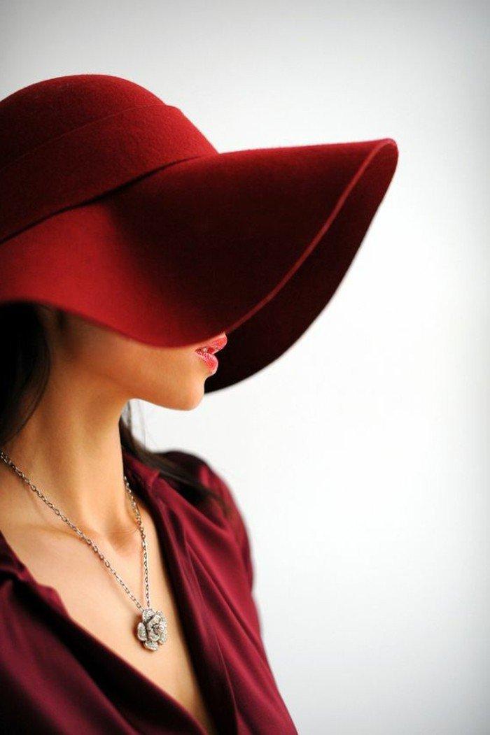 nuance-de-rouge-de-chapeau-élégante-tenue-femme-chic-trop-cool