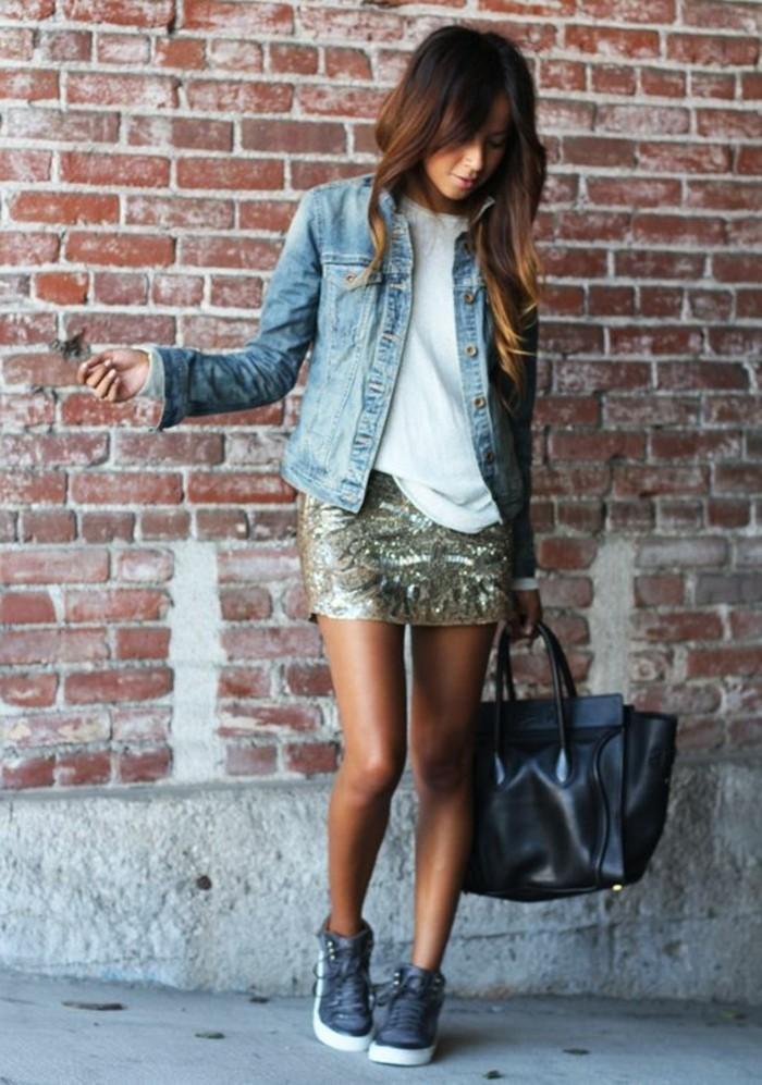 outfit-chic-femme-jupe-courte-blouse-blanc-veste-en-denim-sac-a-main-cuir-noir
