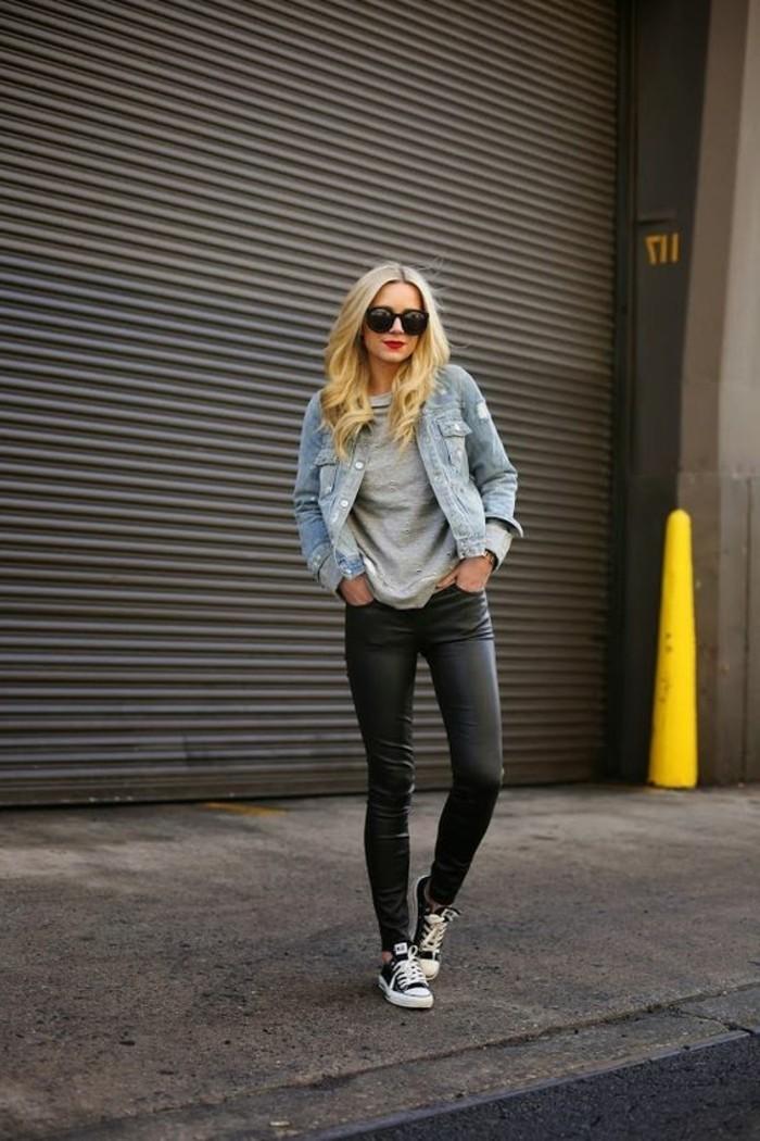 outfit-denim-pantalon-en-cuir-noir-lunettes-de-soleil-noires-cheveux-blondes