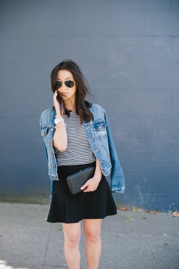 outfit-en-denim-femme-jupe-courte-femme-noire-lunettes-de-soliel-noires