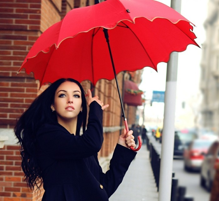parapluie-original-rouge-et-grand-pour-garder-le-sourire-resized