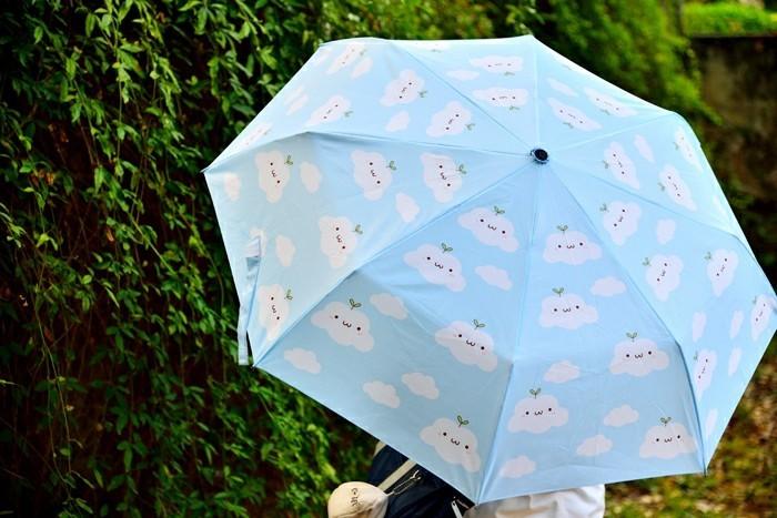 parapluie-pliant-nuages-sur-le-ciel-bleu-azur-resized