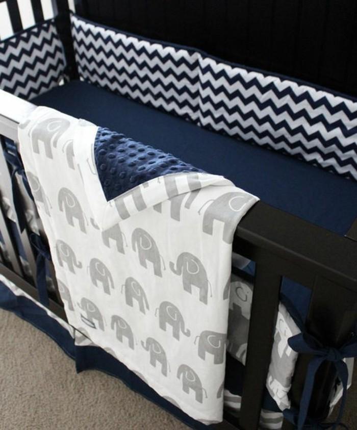 parure-de-lit-bleu-foncé-comment-amenager-la-chambre-bebe-garçon-meubles-de-chambre-bebe