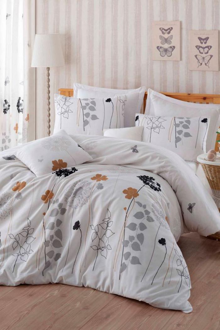 parures-de-lit-blancs-à-fleurs-et-papier-peint-rayures