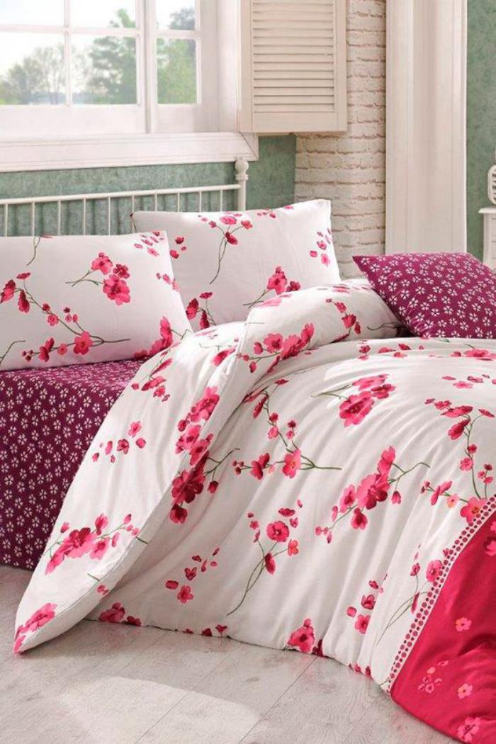 parures-de-lit-florales-drap-blanc-fleurs-roses