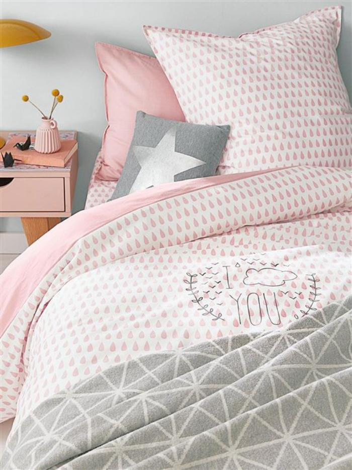 parures-de-lit-lit-en-rose-et-blanc-et-chevet-rose