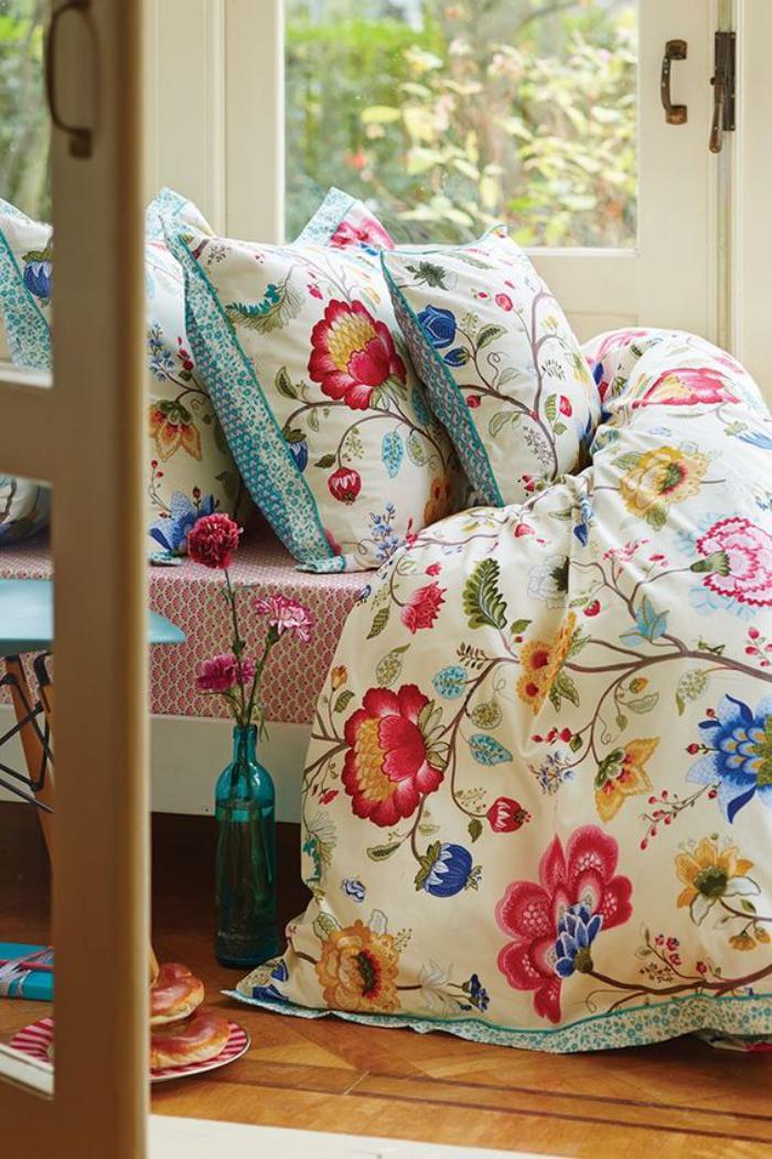parures-de-lit-motifs-floraux-et-vase-turquoise