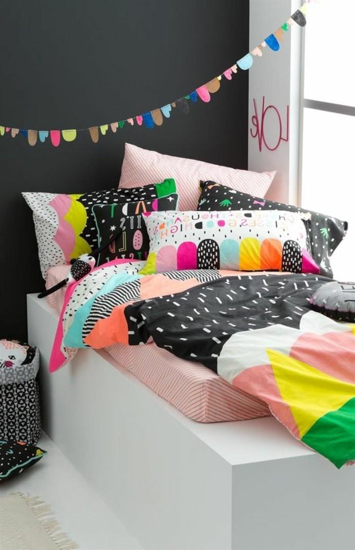 peindre-une-pièce-en-deux-couleurs-mur-blanc-gris-linge-de-lit-coloré-les-dernieres-tendances