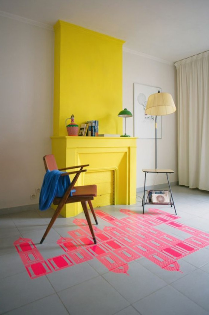 peindre-une-pièce-en-deux-couleurs-salon-avec-cheminée-d-interieur-jaune