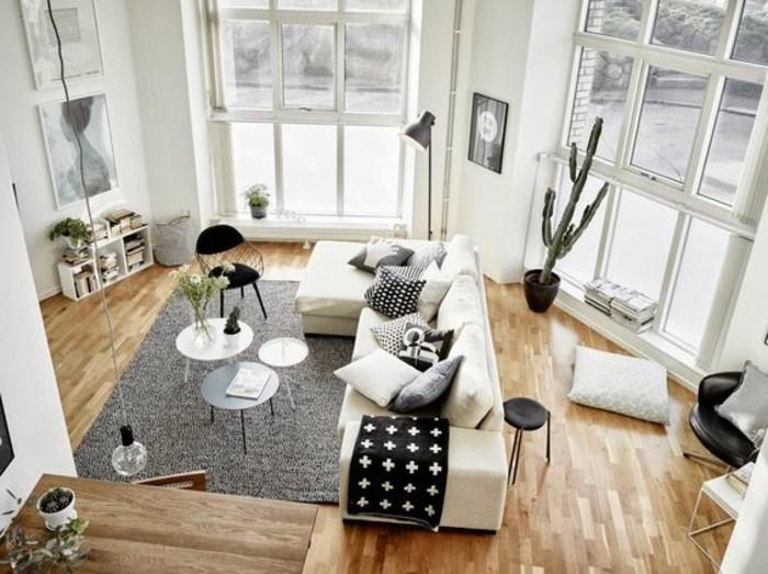 petit-salon-sol-en-parquet-clair-tapis-gris-aménagement-petit-salon-fenetre-grande