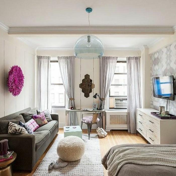 petit-salon-sol-en-parquet-meubles-salon-murs-beiges-tapis-beiges-canapé-gris-foncé