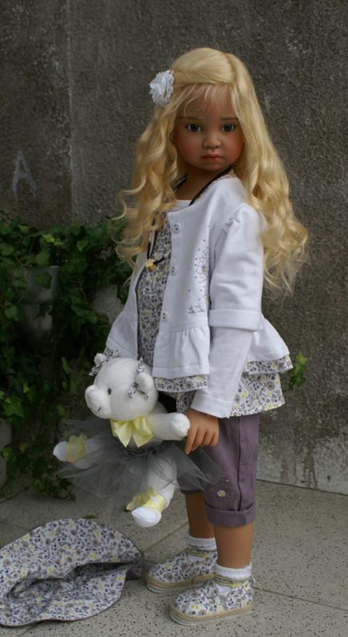 poupée-réaliste-cheveux-blonds-avec-ourson-blanc