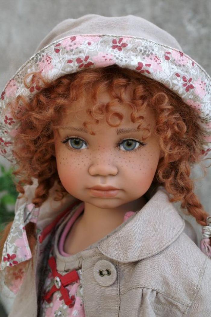 poupée-réaliste-jolie-poupée-cheveux-rousses-bouclés