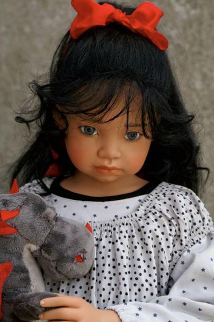 poupée-réaliste-cheveux-noirs-et-ruban-rouge