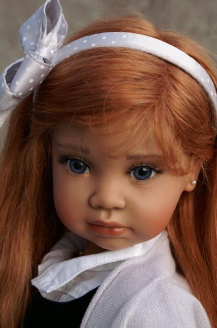 poupée-realiste-diadème-et-boucles-d'oreille
