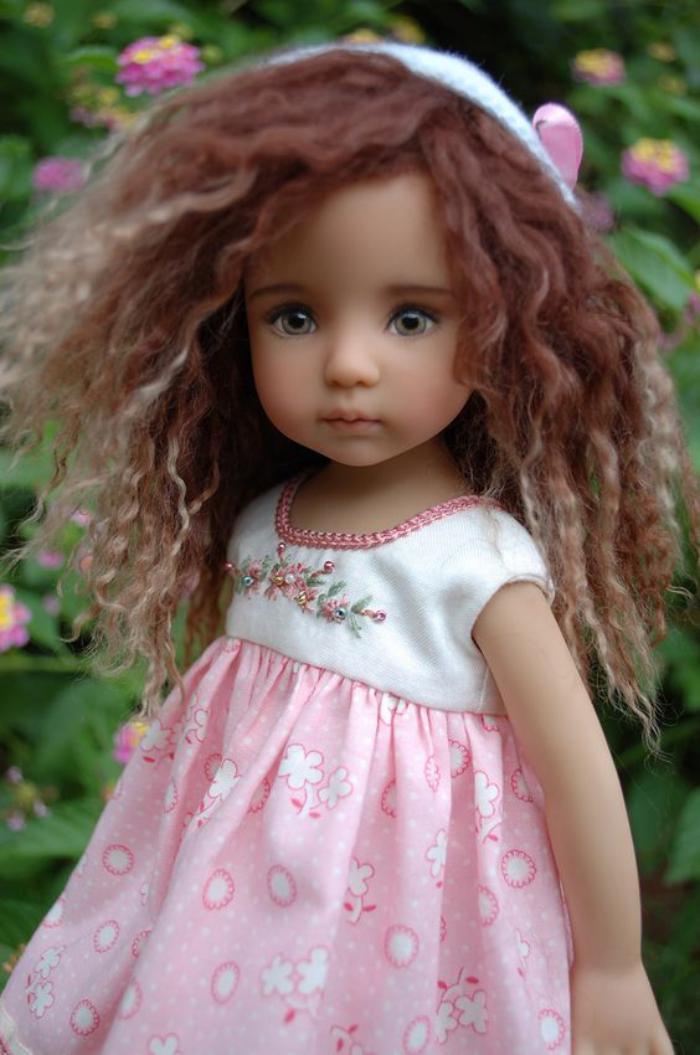poupée-réaliste-habillée-en-robe-rose