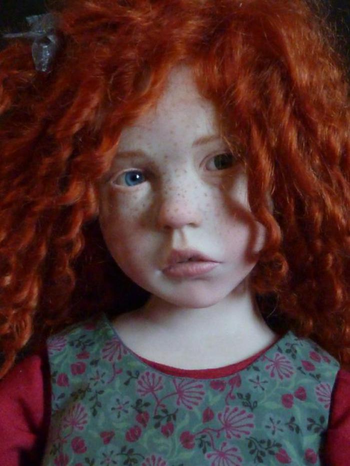 poupée-réaliste-jolies-cheveux-rouges