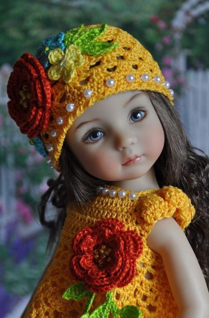 poupée-réaliste-petite-poupée-adorable-habillée-en-vêtements-crochetés
