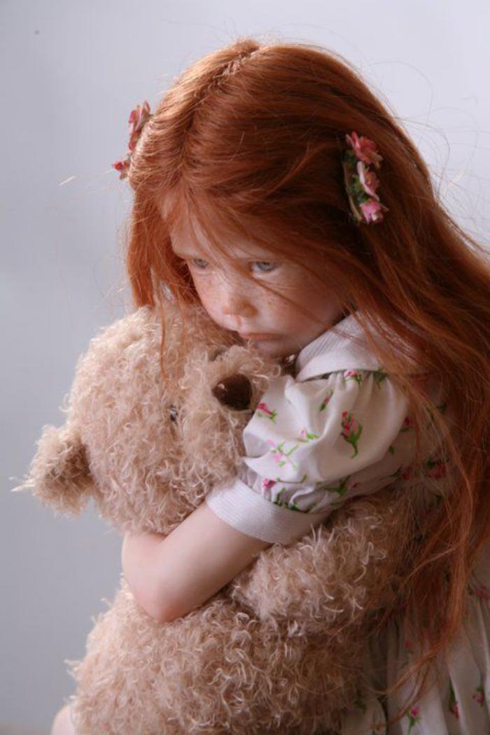 poupée-réaliste-petite-poupée-rousse-et-son-ourson