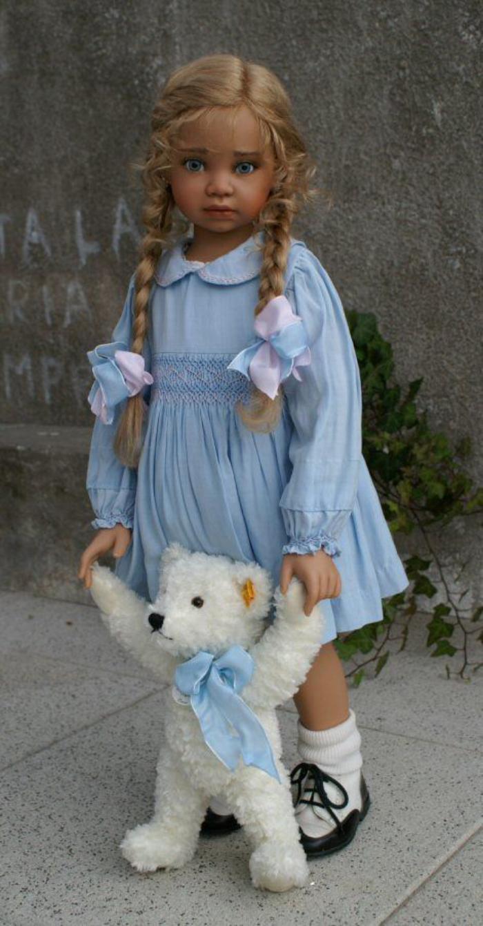 poupée-réaliste-jolie-poupée-en-robe-bleue