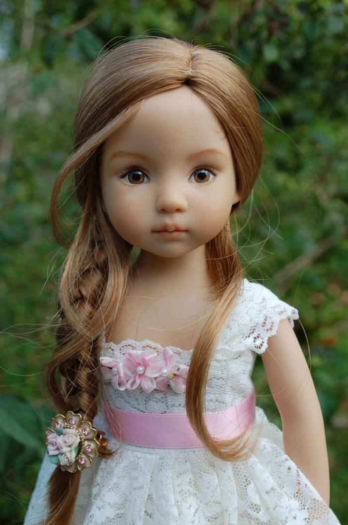 poupée-réaliste-robe-dentelle-blanche