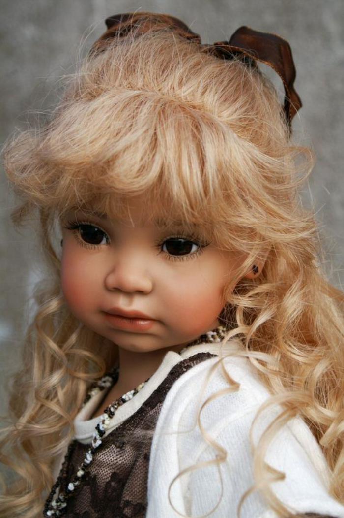poupée-réalite-jolie-poupée-réaliste-cheveux-blonds