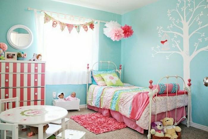 Des rideaux chambre fille aux motifs de feuilles, oiseaux et pommes