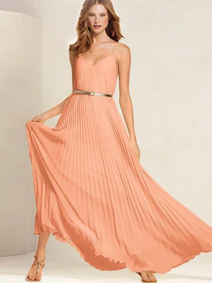 robe-plissée-rose-pale-femme-avec-cheveux-marrons-robe-rose-pale