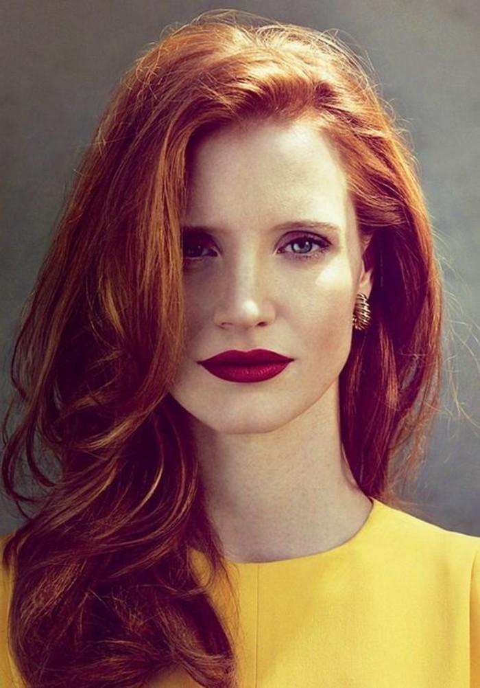 rouge-a-levre-longue-tenue-fille-avec-cheveux-oranges-et-visage-pale-quelle-rouge-a-levres-choisir