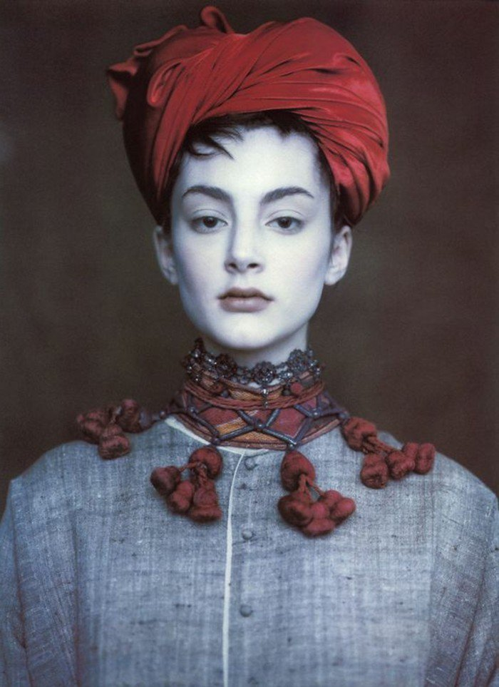 rouge-vermillon-chapeau-élégante-une-idee-à-representer-idee