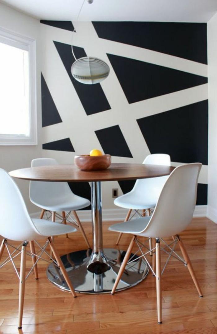 salle-de-sejour-mur-blanc-et-noir-double-couleur-mur-sol-en-parquet-table-tulipe